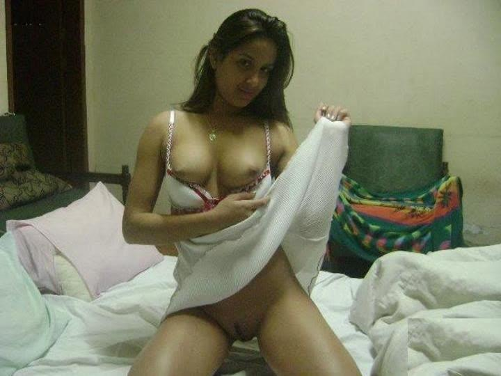 Beautiful desi girlfriend shows off her boobs and pussy