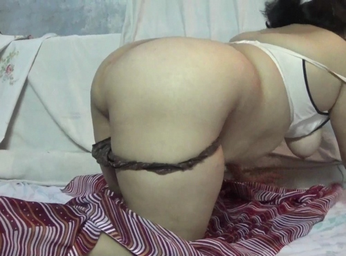 Stunning, sensual big booty Indian aunty shows her ass