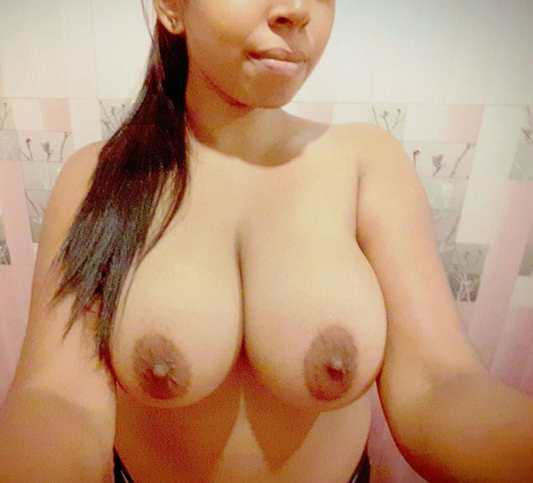 Hot Indian girl has got an amazing pair of boobs