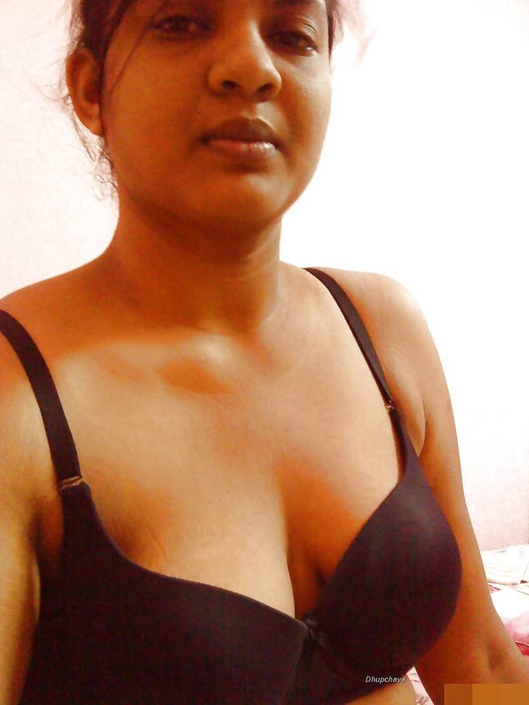 Indian girl showing her cleavage