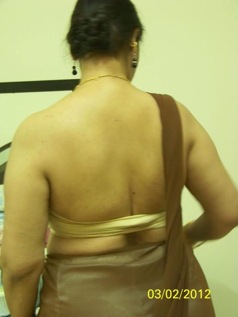 Mature Indian aunty showing her broad, fair back
